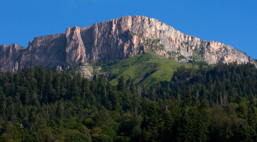 Гора Нагой-Кош летом, высшая точка хребта Каменное море.