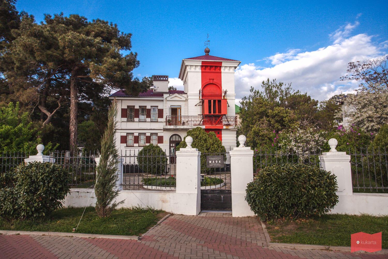 Старый маяк на набережной Геленджика