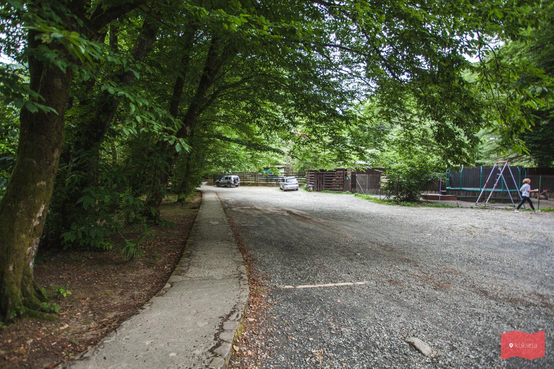 Парковка недалеко от входа в экопарк Ажек