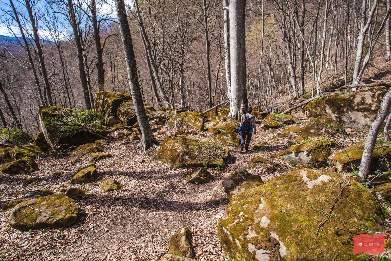 Путь к гроту Крыло ангела и водопадам на реке Кутанка