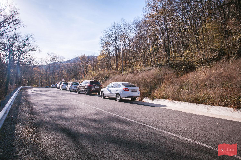 Парковка машин у начала маршрута к Планческим скалам