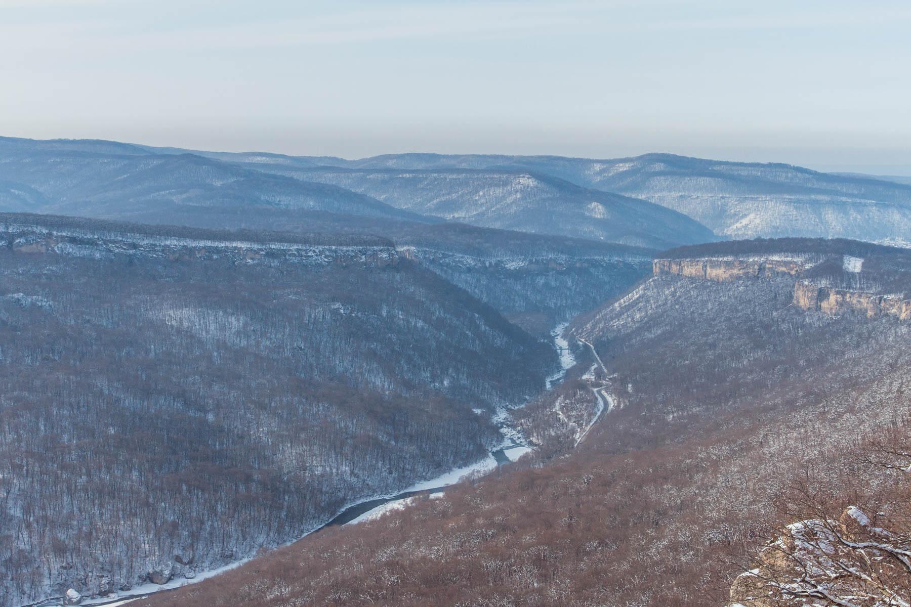 Вид на хребет Уна-Коз и дорогу от Каменномостского