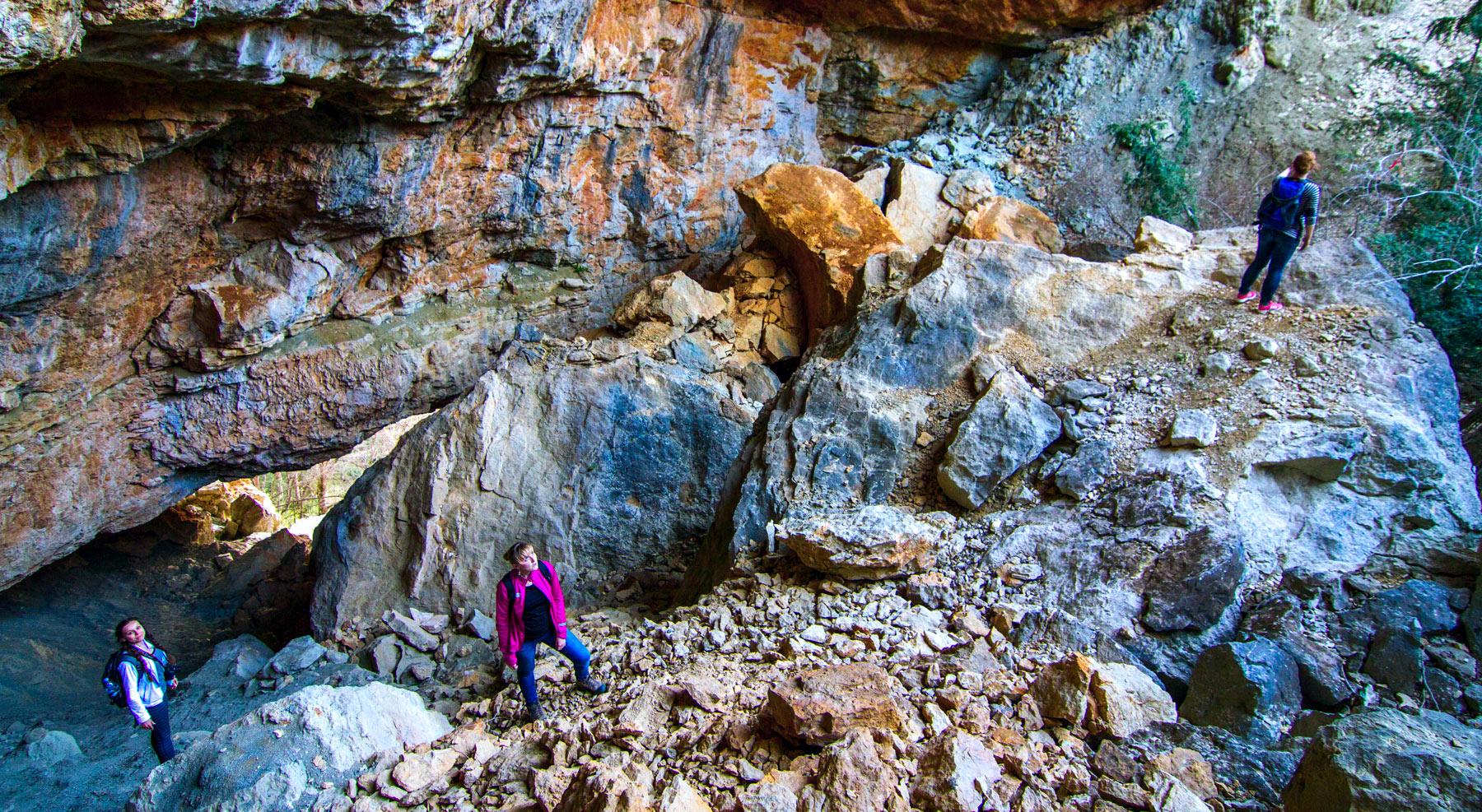 Пролом в стене, рядом с Гуамским ущельем