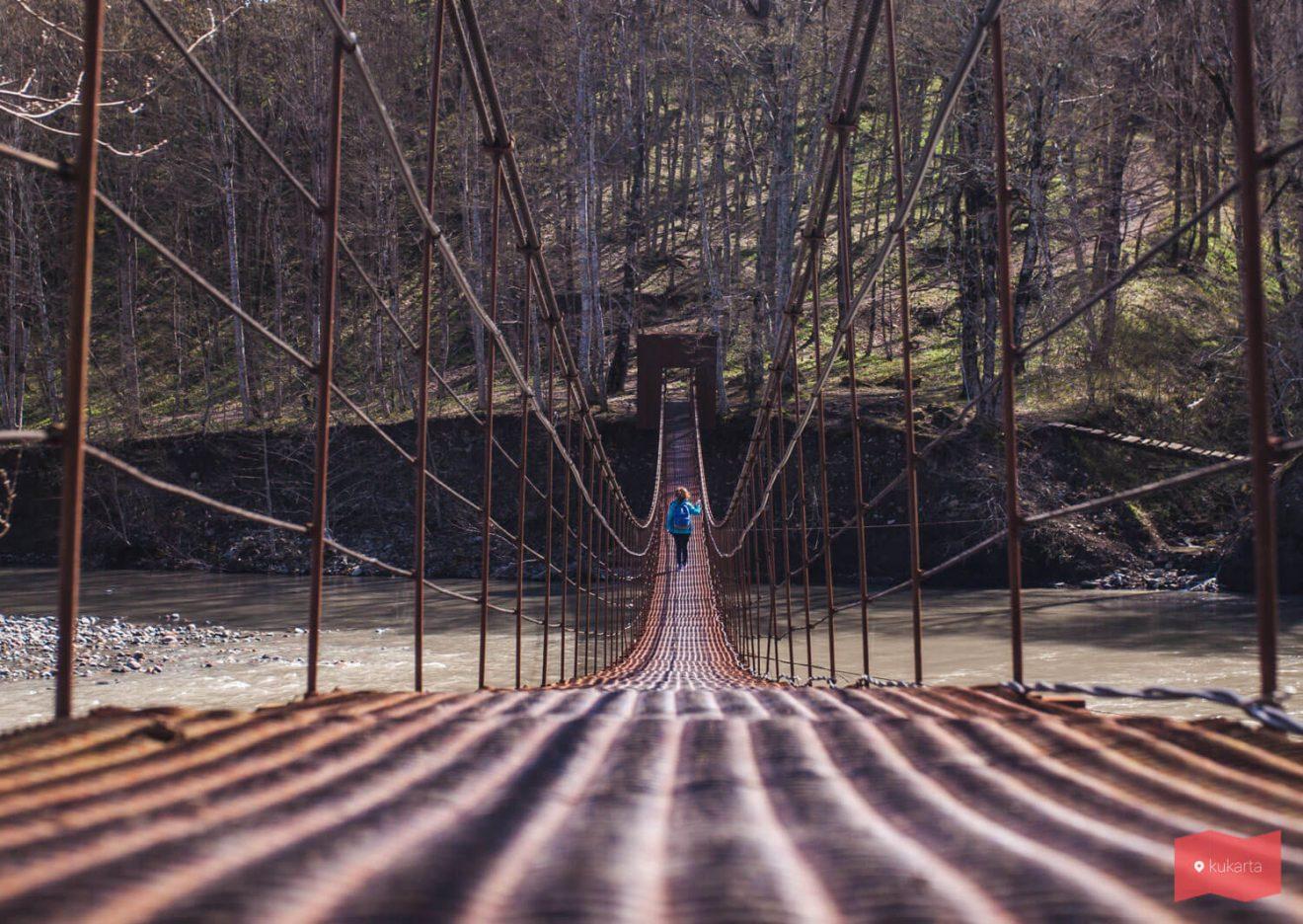 Подвесной мост в поселке Никель